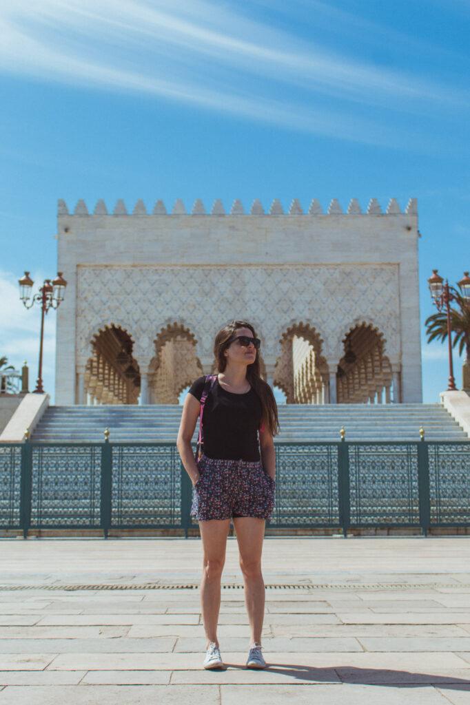 Eine Frau posiert im Mausoleum von Mohammed V in Rabat, Marokko