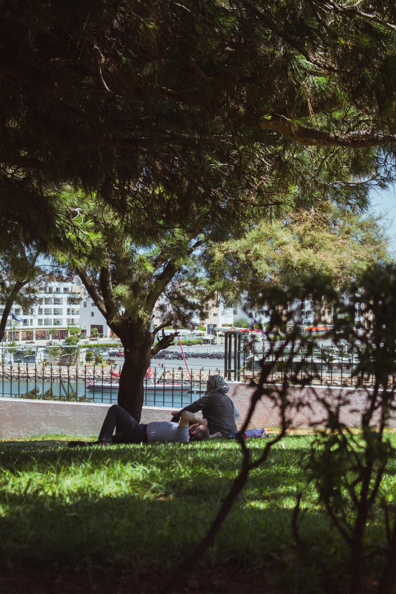 Ein Pärchen liegt auf einer Wiese in Rabat, Marokko