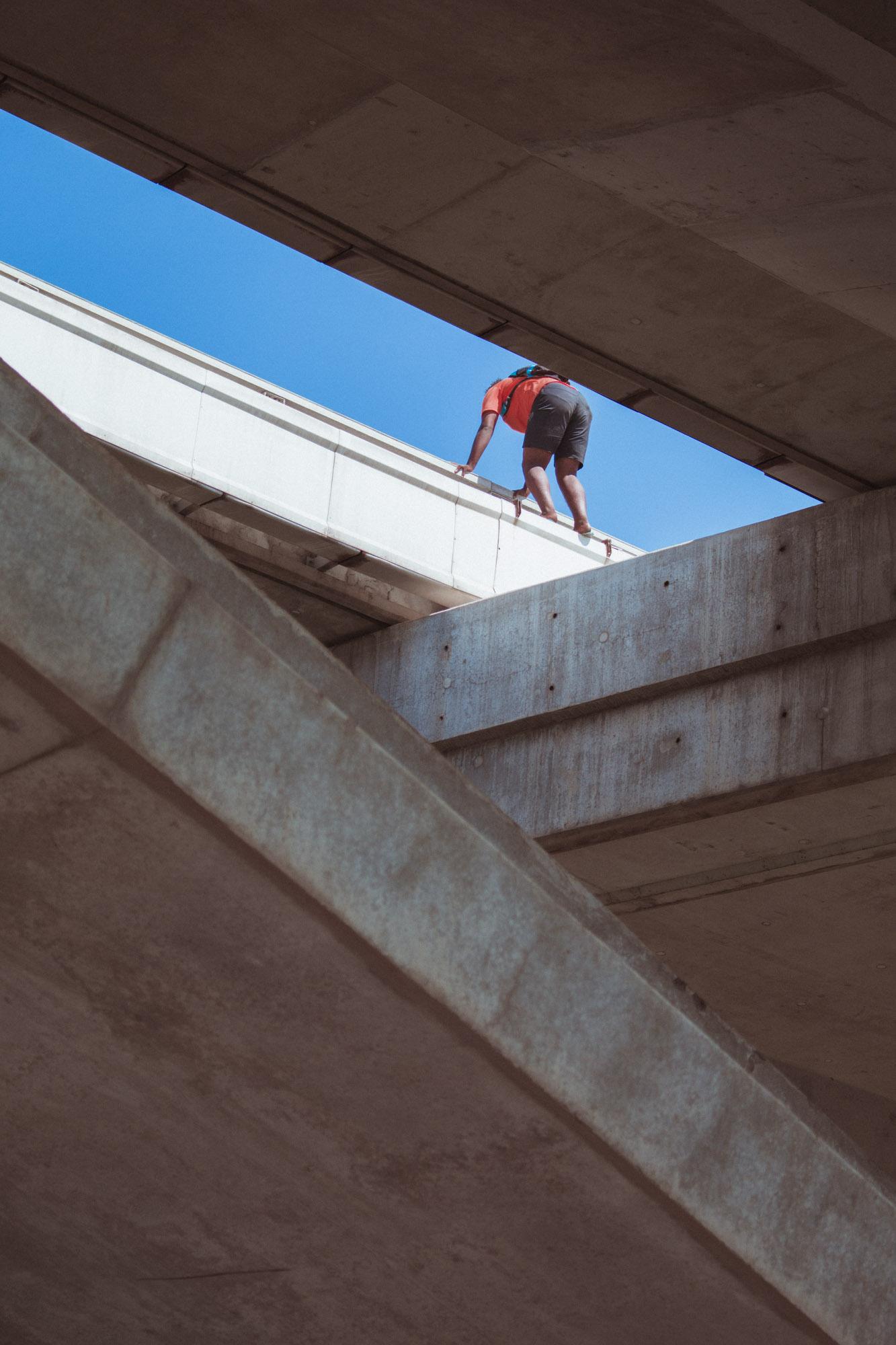 Ein Junge auf einer Betonbrücke in Rabat, Marokko